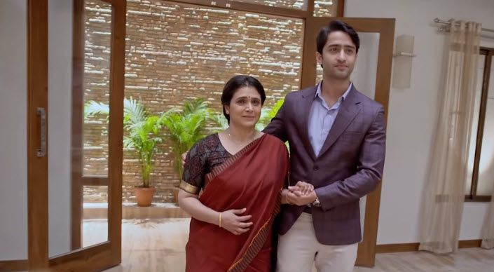 Supriya Pilgaonkar and Shaheer Sheikh as Ishwari and Dev of Kuch Rang Pyar Ke Aise Bhi