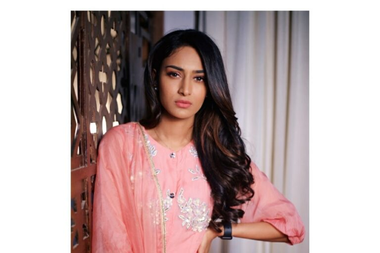 Erica Fernandes : 10 Candid Clicks Of The Actress From The Sets Of Kuch Rang Pyar Ke Aise Bhi!